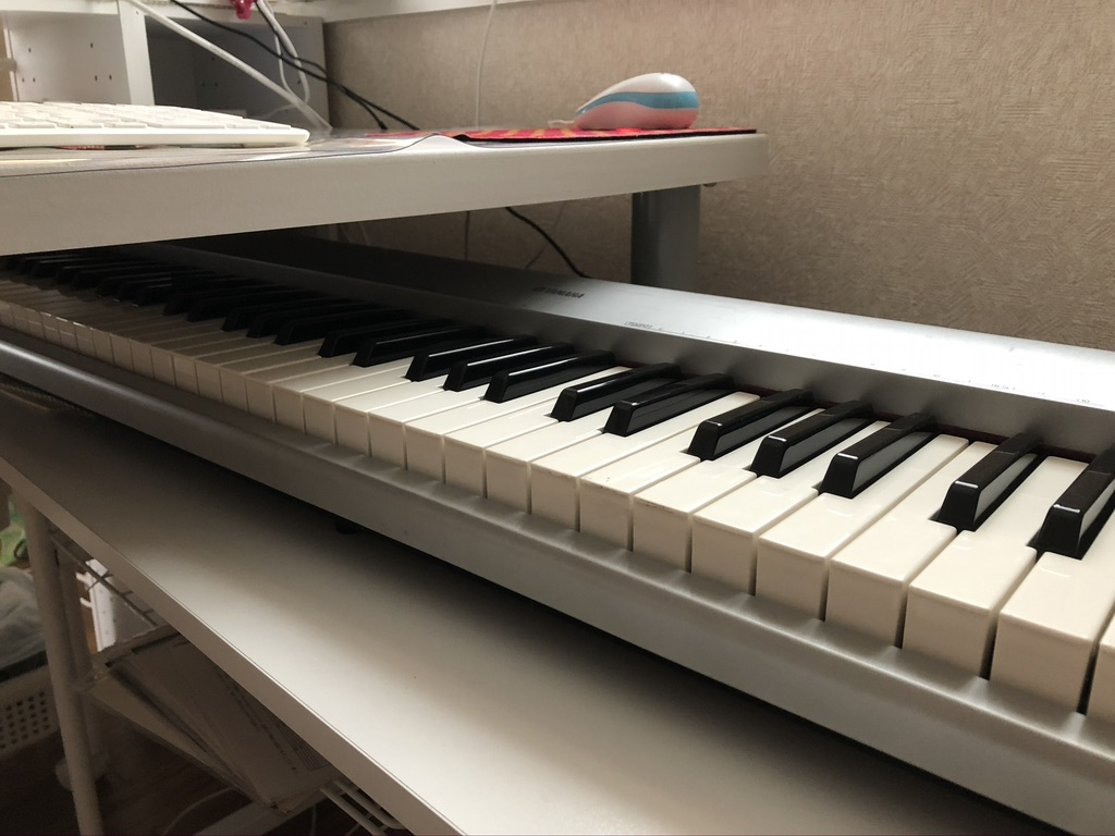 【DTM】MIDIキーボードの置き場所のおすすめは、デスク下に収納できる可動式の台